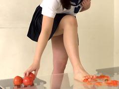 クラッシュ:ぽっちゃり娘の卑猥なトマトクラッシュ