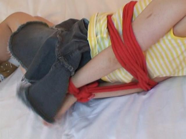 緊縛された少女 の画像2