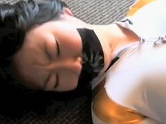 【エロ動画】ガムテープで口を塞がれた女の子!のエロ画像