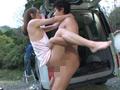 一緒に洗車に来たツレの彼女がまさかのノーブラ! サンプル画像0009