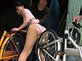 自転車通勤するタイトスカートOLを野外軟禁!