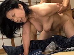 【エロ動画】ま、まさか、50過ぎの母親の裸体で勃起するなんて…のエロ画像