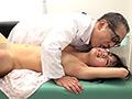 無精子症の夫を持つあおいは、噂の「確実な不妊治療を施す医者」を訪ねる。しかし夫婦を待ち受けていたのは変態的な治療法だった…。新シリーズ「町医者老人の顔舐め中出し変態カルテ」が誕生!変態老人の医者が美女の顔を中心に全身を執拗に愛撫し、大量のホルモンと愛液を分泌させて夫に代わり子作りを決行します。