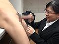 AVメーカー・ゴーゴーズの制作部で働く女性スタッフに密着撮影。普通の会社では考えられないちょっとエッチな業務の連続に、文字通り一肌脱いで奮闘する女性社員の汗と涙と愛液の滴る日常のお仕事風景をご覧下さい!24歳、AP兼キャスティング担当。社員面接を担当し入社希望者の男根のサイズを計測、ついでに味見も。撮影後のホテルで片づけ中に上司の監督とおかしな雰囲気になりSEX。玩具メーカーから提供されたグッズのレポート動画を撮影、お気に入りの玩具についつい没頭。同僚の部屋に先輩社員と3人でお泊り、お酒も入り3Pへ。同僚の巨根で突かれながら先輩のモノをしゃぶり悶える。
