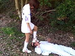 ブーツを履いた女子校生が痴漢男を撃退