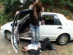 道を間違え開き直った運転手を蹴りまくるギャル女王様