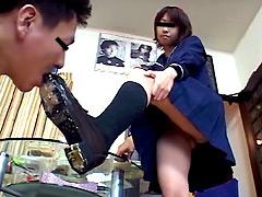 女子校生の汚れた靴底でえさをあたえられる屈辱