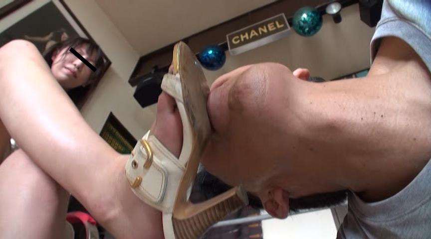 可愛いOL様がサンダルとナマ足で蹴り顔がパンパンに腫れた召使い の画像2