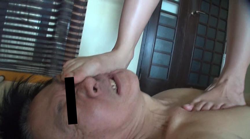 可愛いOL様がサンダルとナマ足で蹴り顔がパンパンに腫れた召使い の画像9