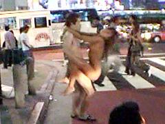 小麦色の肌を晒して全裸で街中を疾走する野外露出動画
