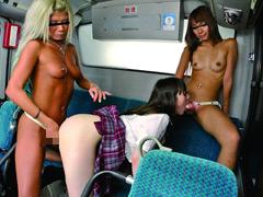 バス通学の色白女子校生を狙う 黒ギャル・ペニバン