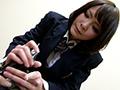 【1】「東京女○館」白生地の冬セーラーが特徴的。机に両手足を拘束された少女。背中に指先を這わせただけでのた打ち回る。【2】「プー○学園高等学校」白い衿カバーにカフスにエンジの三本線のセーラー。学校の机に拘束された少女。手をかざすだけでくすぐったさが込み上げる。【3】「九○女子高校」ローテーブルに拘束された少女。両方の掌が少女の体を這い回る。【4】「東○阪敬愛高校」学校の机に両手足を拘束された少女。背後から少女の臀部に密着する。【5】「東○阪敬愛高校」さあ今日のレッスンを始めようか!俺は自らの肉棒を差し出しそう告げた。半泣きの少女は戸惑いながらそれを握りしめる。【6】「菊○学園菊華高校」いいことしてあげるね!少女はそう言うといきなりボクのイチモツを取り出し掌に包み込んだ。繊細な指先が何度もイチモツを弄ぶ。