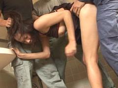 公園トイレで露出ビデオ撮影中にレイプ魔に襲われる