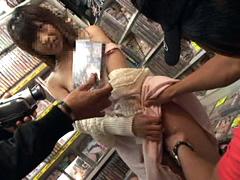素人ギャルをビデオ屋のAVコーナーでイタズラ!!2
