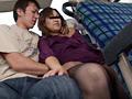 優先席付近で熟女を猥褻する2