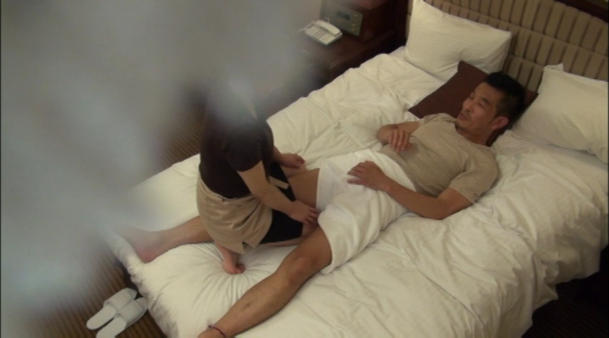 出張マッサージの美熟女にセンズリ見せつけ猥褻8 の画像2