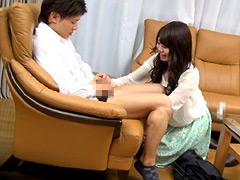 【エロ動画】息子のズボンを脱がす訪問販売員の美熟女2のエロ画像
