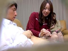 【エロ動画】息子のズボンを脱がす訪問販売員の美熟女3のエロ画像
