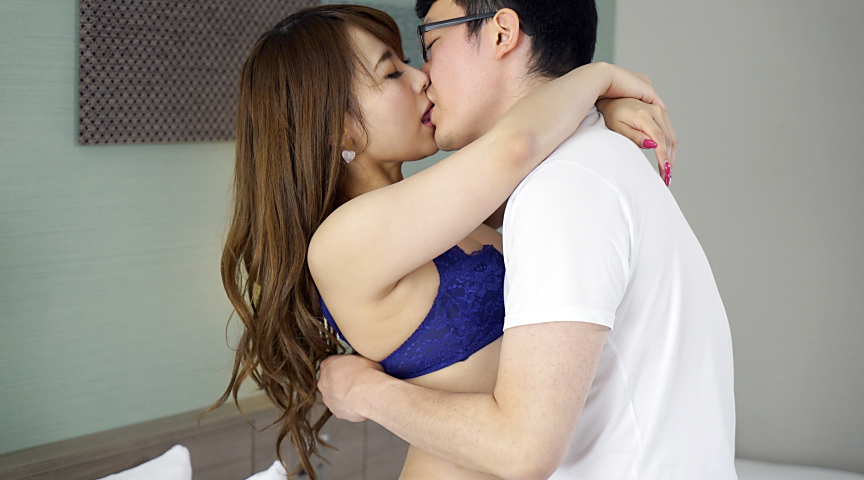 街で見かけた一般の男女に謝礼でキスのお願い!2