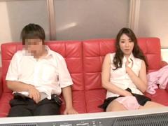【エロ動画】近親相姦 童貞息子が母親と2人っきりでAV鑑賞のエロ画像