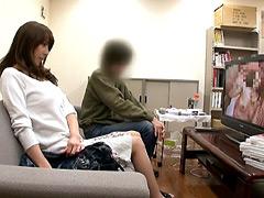 【エロ動画】近親相姦!!母親が草食系息子と2人っきりでAV鑑賞のエロ画像