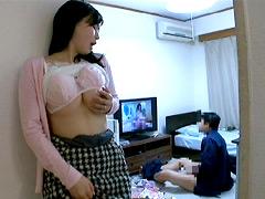 【エロ動画】大音量でAVを流していたら、近所の奥さんが発情!のエロ画像