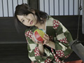 """「Precious Beauty」シリーズに""""まこりん""""こと戸田真琴チャンが再登場!青春の追い風に身をゆだね、あっという間にスターへの階段を駆け上がったまこりん。人懐っこい笑顔とあどけないルックスながらも、大胆なパフォーマンスが魅力の彼女。ファンに対しナチュラルな笑顔で接するまこりんはまさに神対応!ファンが増えるのも納得です。本作は、「ノスタルジック×まこりん」をテーマに温泉郷でロケを敢行しました。どこか80年代アイドルを思わせる爽やかなまこりんと、しっぽり温泉旅行!キュートな和服姿ではしゃぐまこりん、温泉で恥ずかしがりながらも裸を披露するまこりん、そして和室で大胆に迫る健気なまこりん…。きっと、あなたはまこりんを一層愛おしく感じてしまうことでしょう。(Precious Beauty)"""