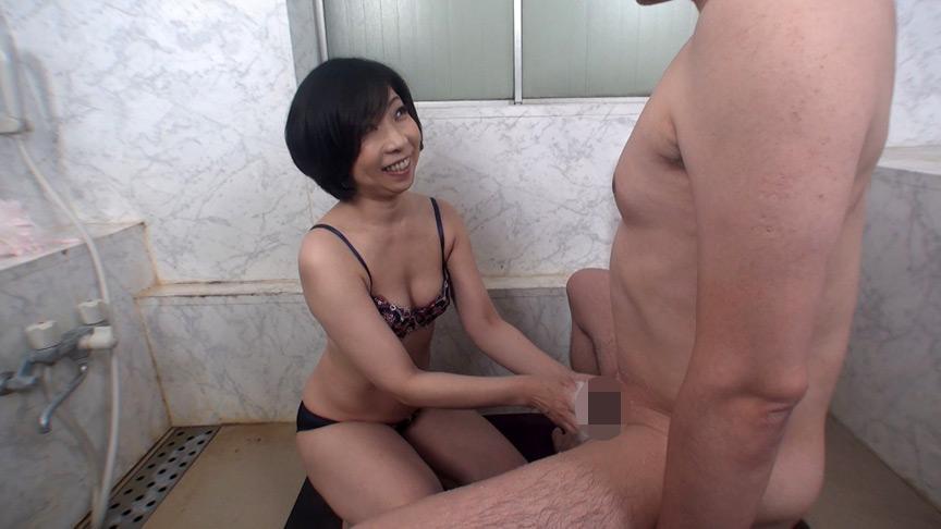 欲求不満の五十路熟女にチ●ポ洗っていただきました!
