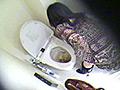 排泄欲を満たした女たちは、洗浄レバーを捻るものの、