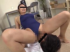 競泳水着姿の美人妻が男性コーチを更衣室で誘惑。