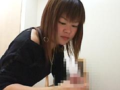 【エロ動画】チ●ポ・●玉をイジりたがる女達!!のエロ画像