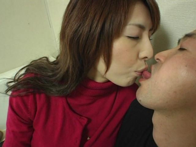 美熟女のいやらしい手コキと接吻