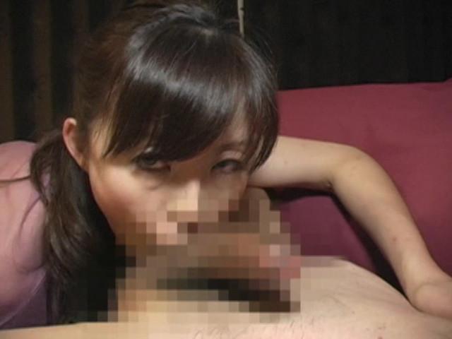 両手で乳首いじりながらディープフェラする熟女
