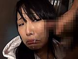 嫌がる少女に強制手コキさせ顔に精子をぶっかける男たち