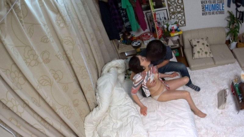 イケメンが熟女を部屋に連れ込んでSEX盗撮した動画75