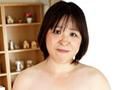 性欲が強すぎて、旦那のセックスでは足りなくて不満が募り離婚に至ってしまうというバツ2のまさみさん59歳。だいぶご無沙汰になったセックスがヤリたくて仕方なくてAVに応募しちゃったド淫乱熟女。豊満なボディがグッド、感度も抜群。強めに乳房を乳首をつねると「イタ気持ちいい~」。白い美肌とピンクで敏感乳首が超エロい。フルコースセックスで悶えまくってイキまくり。突かれて肉を揺らしながら絶叫。