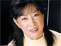 最初はとっても緊張気味にインタビューに答える山崎春子さん。何でも8年も旦那とセックスをしていないそうで、性欲は堪りっぱなしのご様子。とても清楚な雰囲気の彼女ですが、男二人に乳やマンコを刺激されると潮を大噴出!風呂場に移動しスケスケレオタードの上からローションを垂らされヌルヌルプレイ。ベッドに戻り若い男のチンポを熟した肉壷にぶち込むと大悶絶!そのまま中に出すと精子と共に何やら赤みを帯びた液体も…