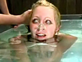 板にきつく身体を固定されたまま水の中へ…何度も何度も呼吸困難に陥り瀕死状態へと追い込まれる女奴隷!更にジェット水流で股間までも責められる始末。強引なまでの水責めに人格までも破壊されてしまう!
