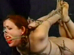 【エロ動画】赤毛おさげ少女 宙吊 顔面拷問のエロ画像