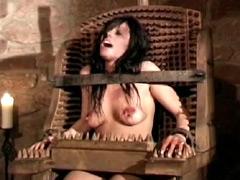 【エロ動画】闇夜に眠る拷問の館のエロ画像