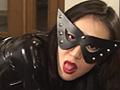 黒エナメルのキャットスーツに身を包み長くて美しい舌