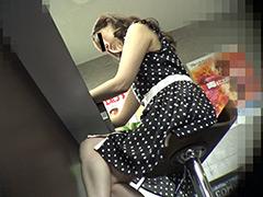 【痴漢映画館】スケベそうな人妻と濃厚接触