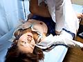 麻酔薬を注入された女生徒は、昏睡状態に陥り人間ダッ