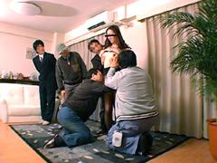 【エロ動画】旦那が見ている前で競り落とされる妻たちのエロ画像