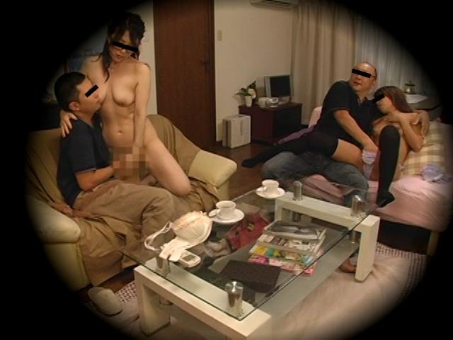 ネットカフェでハゲ上司と部下の美人妻OLが不倫セックスしてる