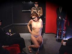 【エロ動画】旦那が見ている前で競り落とされる妻たち3のエロ画像