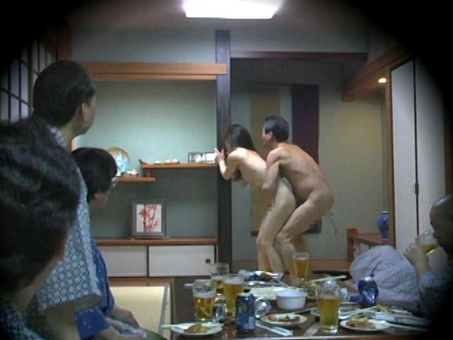 忘年会で部下の妻を強制裸踊り後に輪姦したビデオ 総集編240分 の画像1