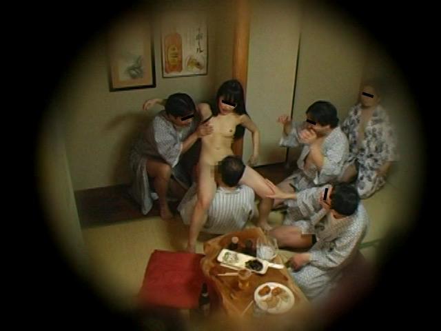 忘年会で部下の妻を強制裸踊り後に輪姦したビデオ 総集編240分 の画像3