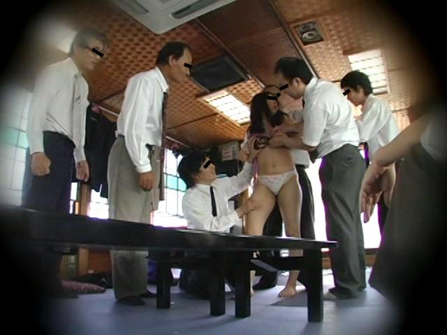 忘年会で部下の妻を強制裸踊り後に輪姦したビデオ 総集編240分 の画像6