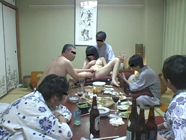 忘年会で部下の妻を強制裸踊り後に輪姦したビデオ 総集編240分 の画像13